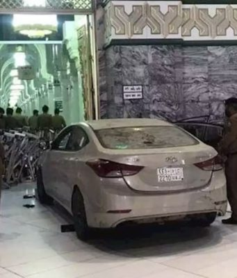 Car hit Kaaba yugo.pk